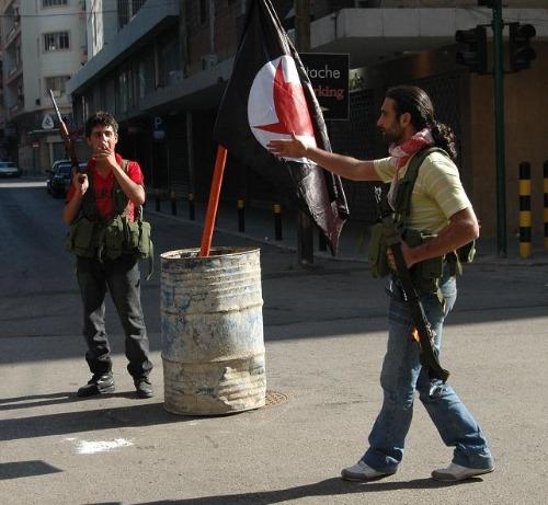 親シリア派と反シリア派の交戦の後、親シリア派民兵が抑えたベイルート中心部=2008年5月9日、川上撮影