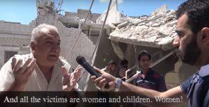 アレッポの空爆現場で住民のインタビューをする市民ジャーナリストのハディ・アブドラ(右)=アブドラのインタネットサイトの動画より